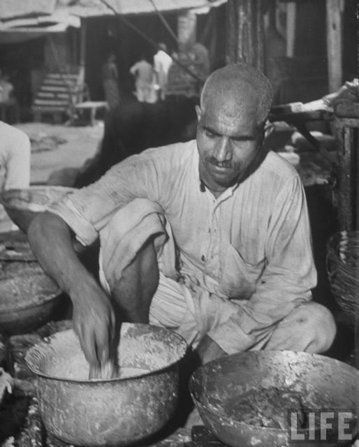 Man+preparing+meat+and+flower+-+Lahore+1946